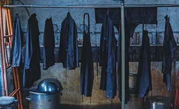 【宝島染工】天然染料、手染めならではの色の個性と経年変化を楽しめる服